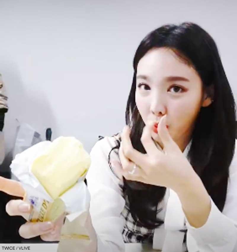 TWICE ナヨン、あるものをスナック代わりに食べる映像にファン驚愕! 衝撃の映像をチェック[動画あり]
