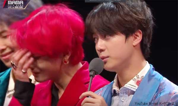 BTS(防弾少年団)ジン(右)のスピーチ中にV(左)が号泣