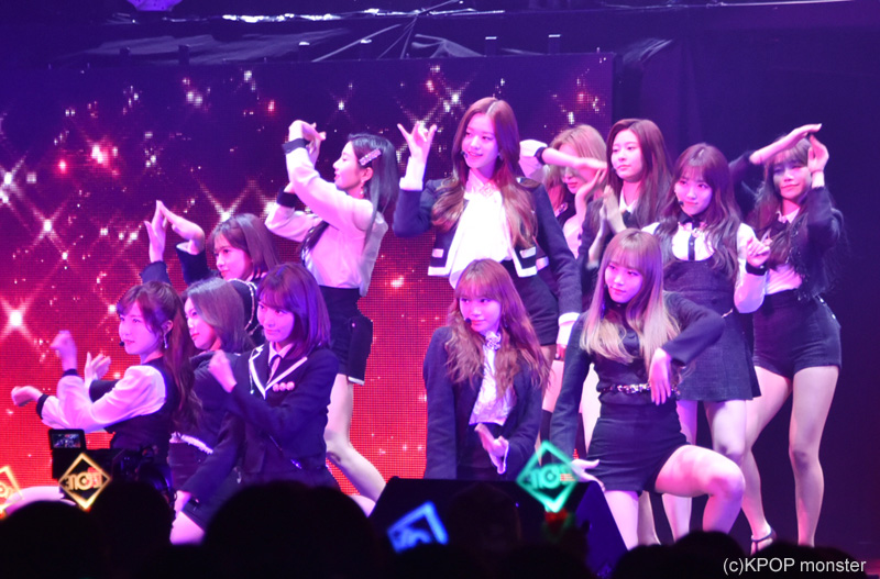 いきなり韓国でのデビュー曲「La Vie en Rose」でステージの幕が開けた。