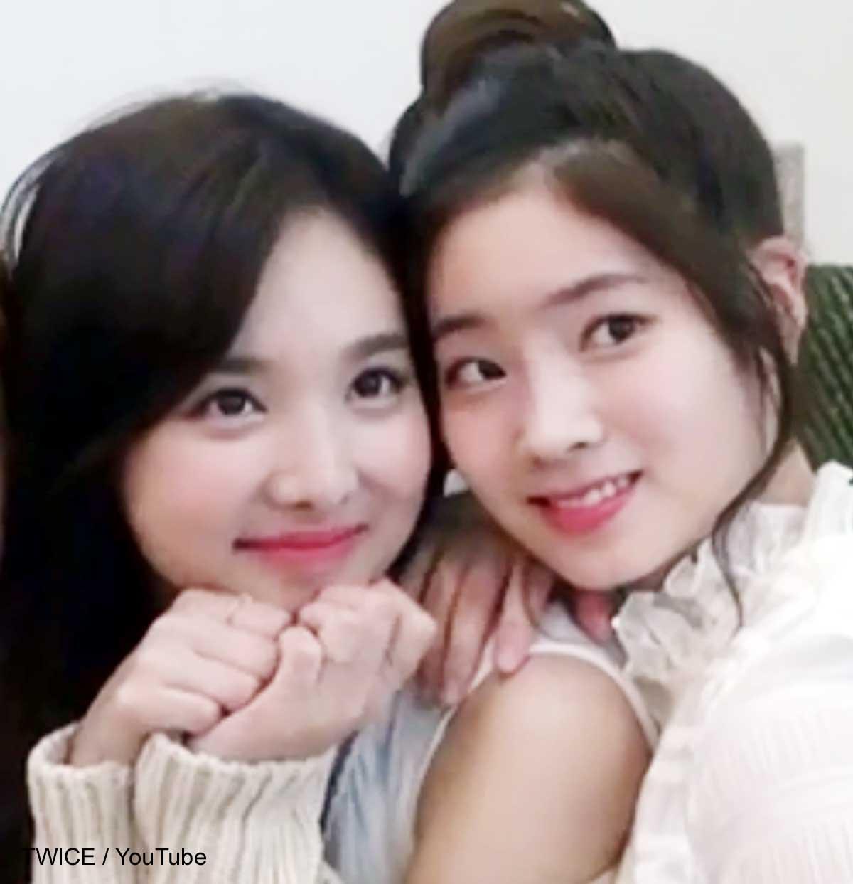 TWICE ナヨン(左)とダヒョン(右)