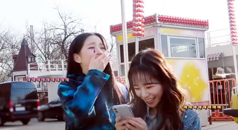 ウォニョンの写真に大笑いする2人 YouTubeより