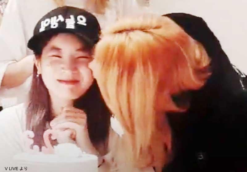 ダヒョン(左)にキスをするサナ(右)