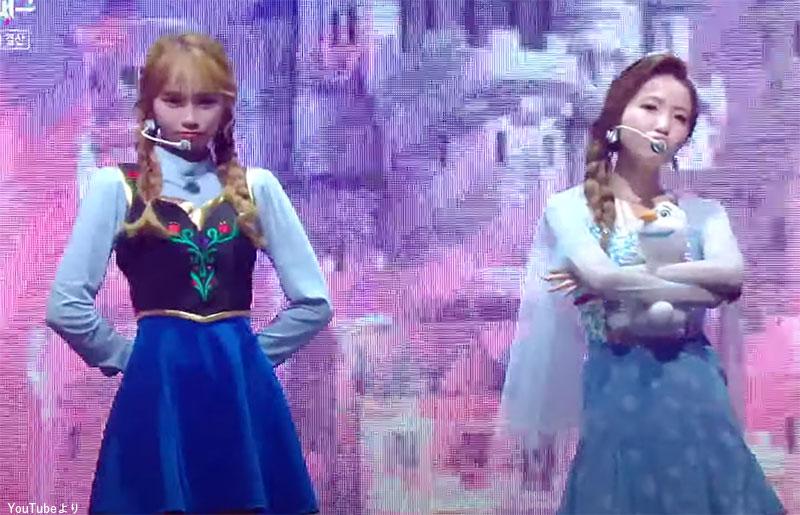 「アナと雪の女王」のアナに変身した IZ*ONE キム・チェウォン(左)と、エルサに変身した IZ*ONE 本田仁美(右)