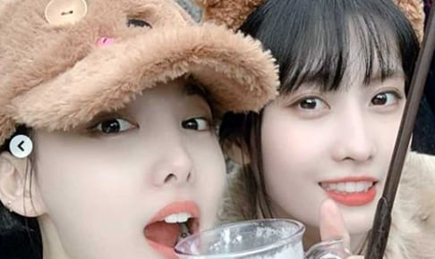 TWICE ナヨン(左)、モモ
