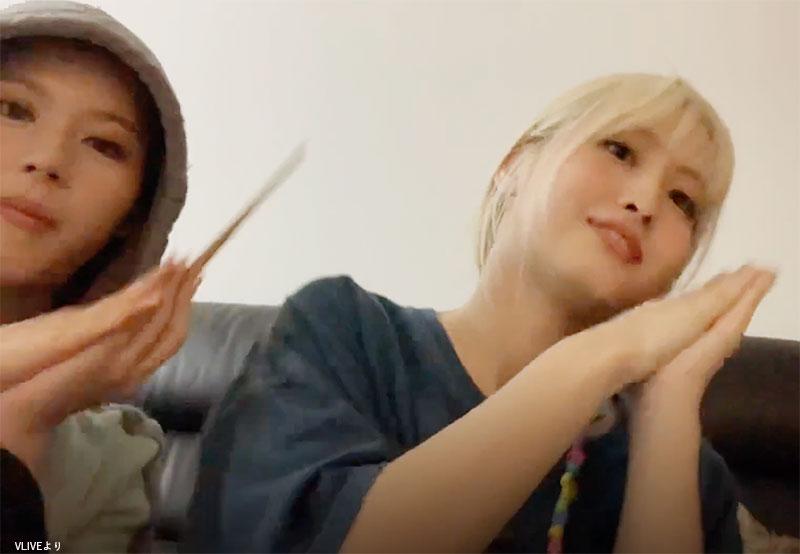 NiziUの「Make you happy」を歌いながら踊る TWICE(左から)サナ、モモ