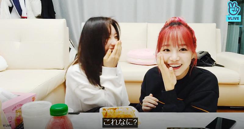 突然起きた出来事にビックリするユリ(右)と爆笑するチェヨン(左)
