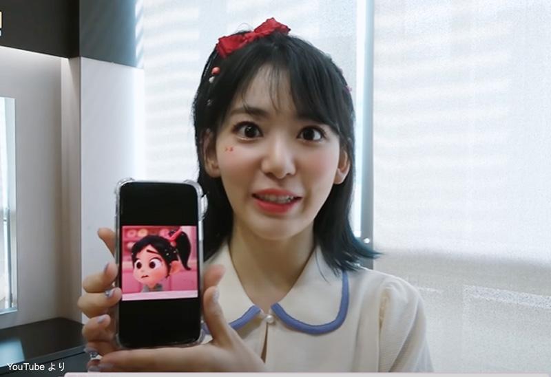キャラクターの写真を見せながらエピソードを明かす宮脇咲良