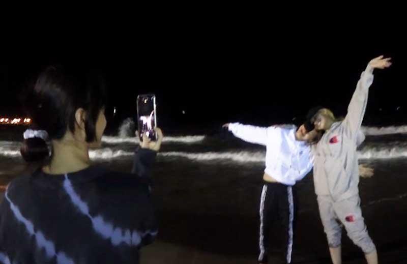 ジヒョ&サナを撮影中のモモ YouTubeより