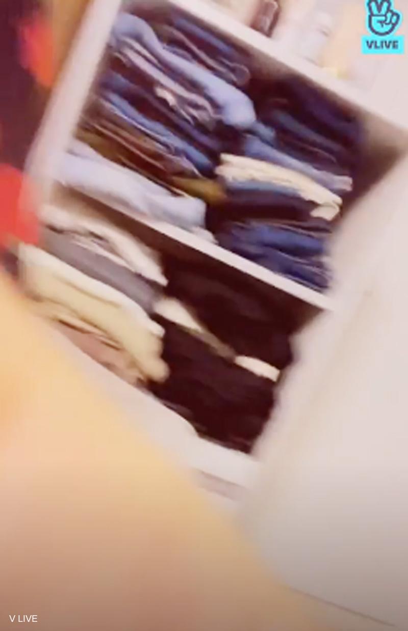 生配信で映り込んだツウィの衣装ケース