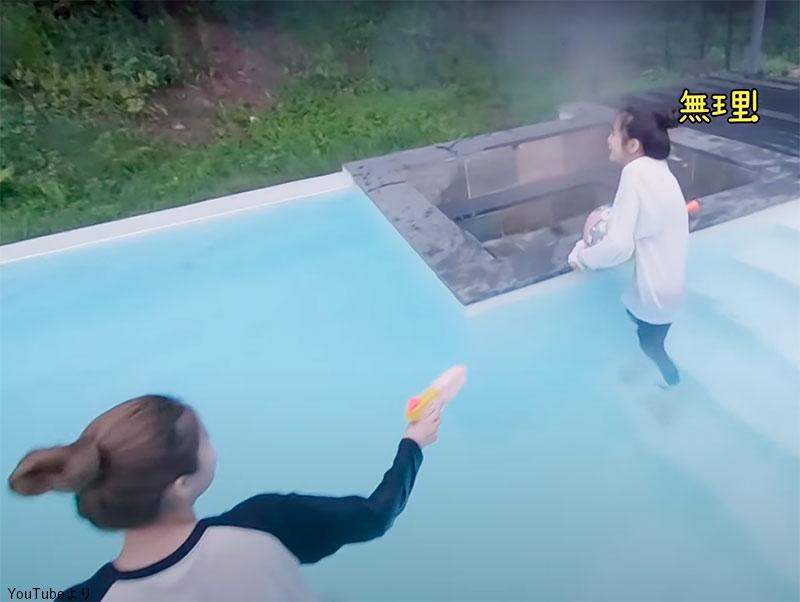 「無理」とプールに入ることを断固拒否する マヤ(右)