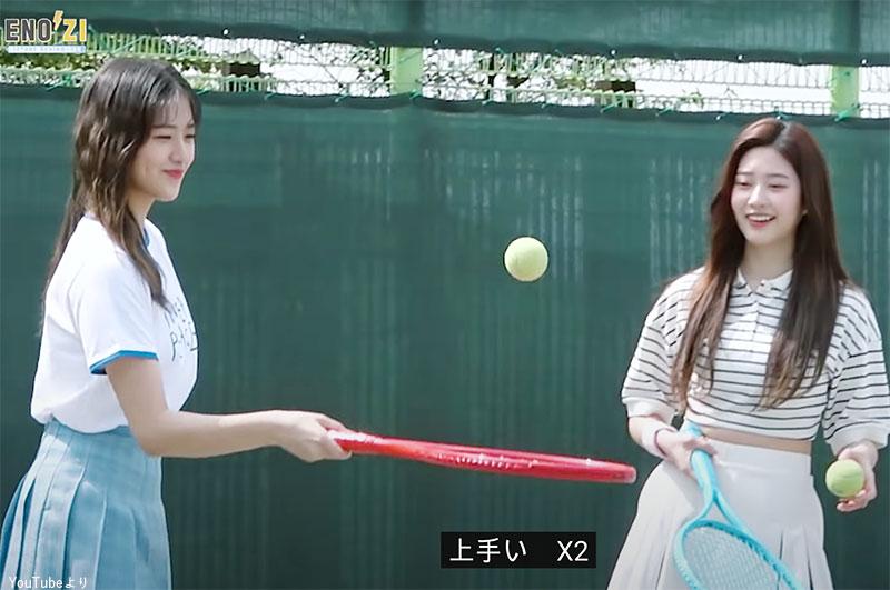 テニスの腕を披露する ユジン(左)
