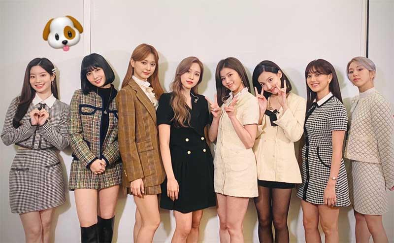中央、黒い服を着たメンバーがミナ(@JYPETWICE_JAPAN/Twitter)