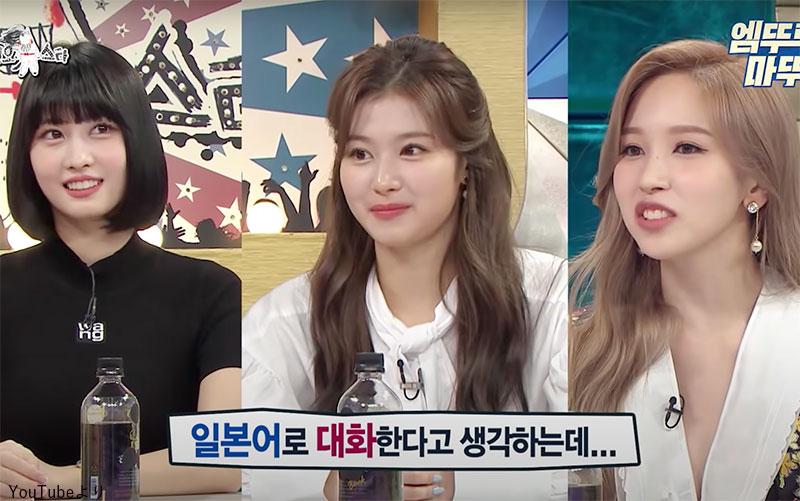 日本語で話してるつもりが、つい韓国語と混ぜてしまうことを明かす(左から)モモ、サナ、ミナ