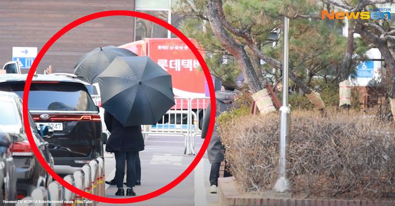 大きな傘でENHYPENを守るスタッフ