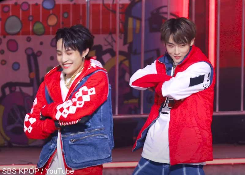 笑いをこらえきれないヤンヤン(左)