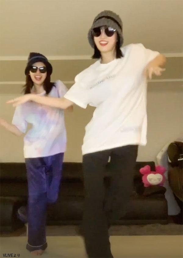 BTSの「Dynamite」を踊る サナ(左)とモモ(右)