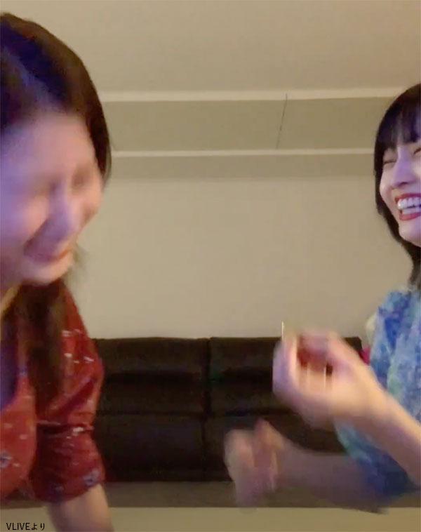 爆笑する サナ(左)とモモ(右)