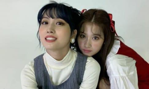 TWICE モモ(左)、サナ(右)