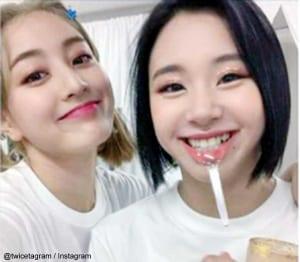 TWICE ジヒョ、チェヨン(右)