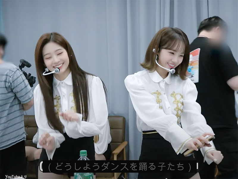 日本の人気アニメ「クレヨンしんちゃん」の「どうしようダンス」を踊る ミンジュ(左)、チェウォン(右)