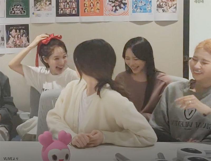 まさかすぎるナヨン(左)のノリノリなペコちゃんに失笑するメンバー達