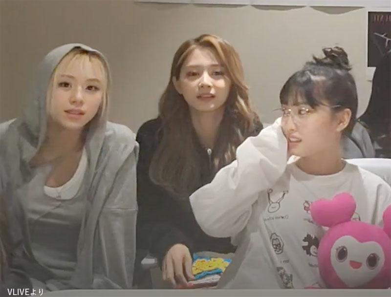 チェヨン(左)の方を不思議そうに見つめる モモ(右)と、何事もなかったように振る舞う ツウィ(中央)