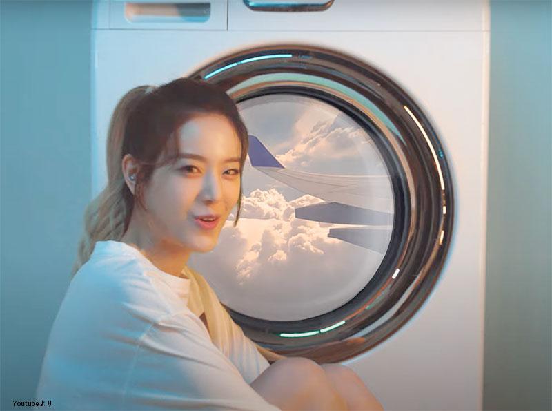 洗濯機を飛行機の窓に見立て、まるで旅行に向かっている時のようなワクワク感を作ったギュリのシーン