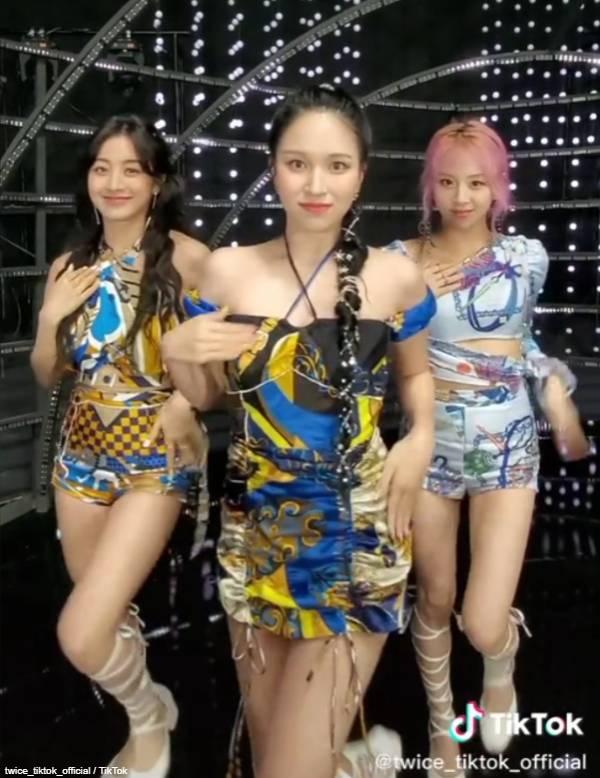 TWICE ジヒョ(左)、ミナ(中央)、チェヨン(右)