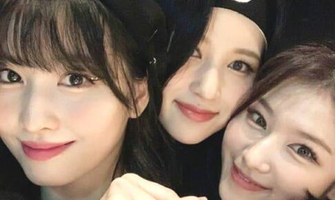 TWICE モモ(左)、ミナ(中央)、サナ(右)