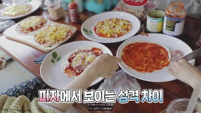 ナヨンが作ったピザ(手前)、ソースをきれいに塗っているミナのピザ(右)