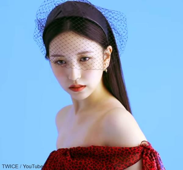 赤いレオパードドレスに身を包んだミナ