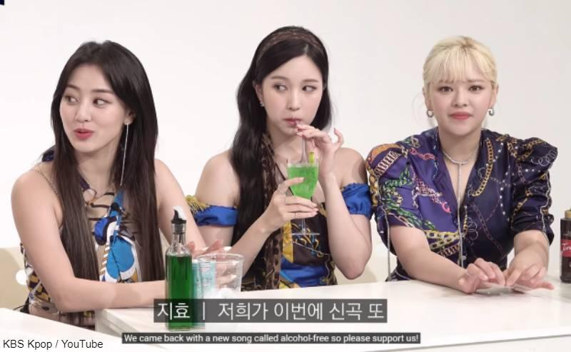 YouTubeチャンネル「STUDIO K」出演の際、小指を立ててジュースを飲むミナ(中央)