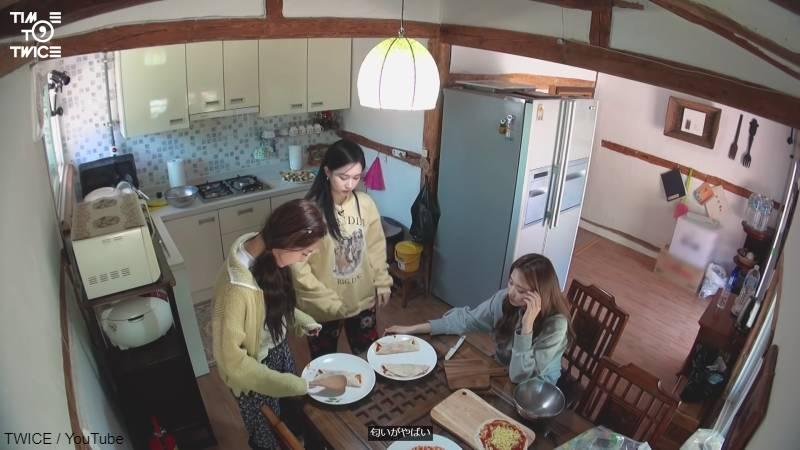 部屋の中でトルティーヤピザを作る、ナヨンとミナとツウィ