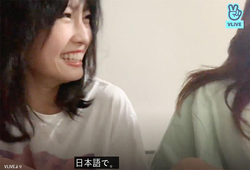 「応援してほしいんだって、日本語で」と話し、爆笑するモモ(左)とナヨン(右)