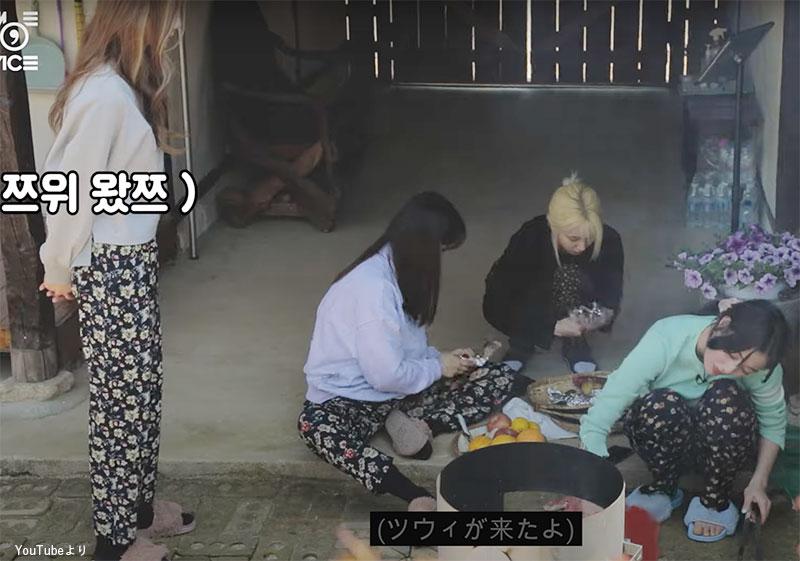 マクワウリを食べながら作業するメンバーたちのところに突然現れたツウィ(左)