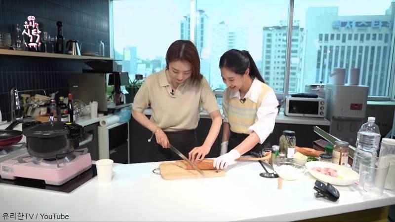 一緒に料理を楽しむ女優 イ・ヨニ(左)と少女時代 ユリ(右)