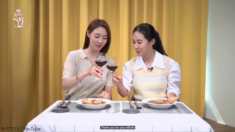 ワインで乾杯して仲良くご飯を食べる女優 イ・ヨニ(左)と少女時代 ユリ(右)