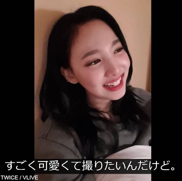 2018年のVLIVEで、日本語でルームサービスの電話をするダヒョンを見守るナヨン