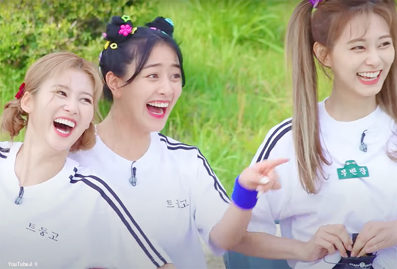 モモの姿に爆笑する(左から)サナ、ジヒョ、ツウィ
