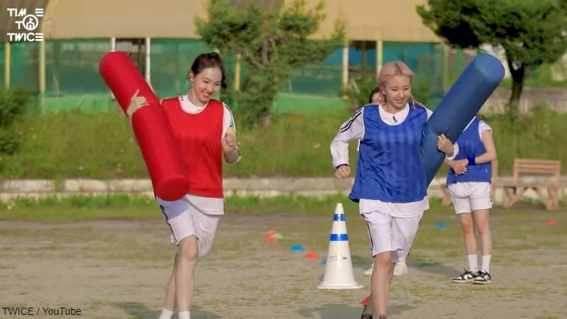競歩リレーで対決する ナヨン(左)とチェヨン(右)