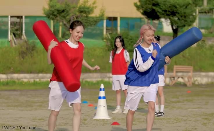 競歩リレーをする ナヨン(左)とチェヨン(右)