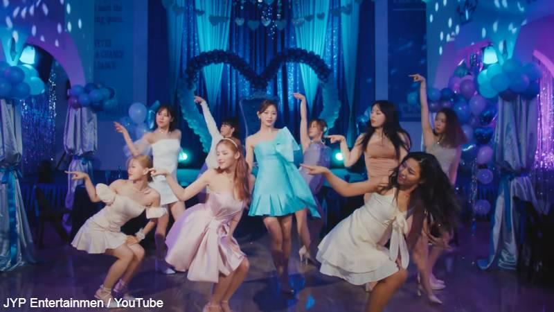 サナ(前列 ピンクのドレス)とツウィ(中央 水色のドレス)以外、女性のバックダンサー